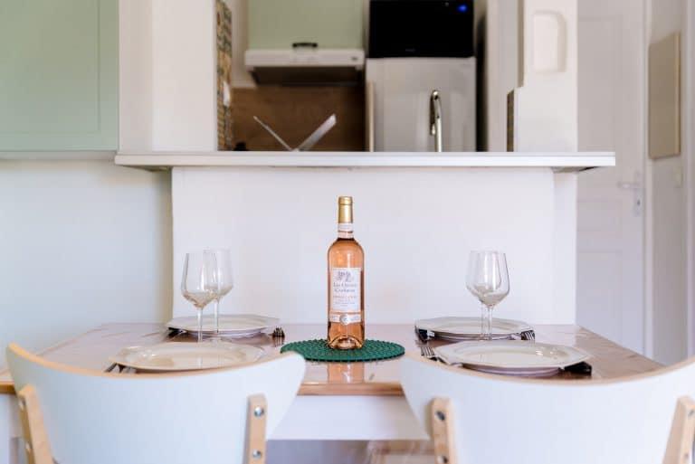 table avec bouteille de vin