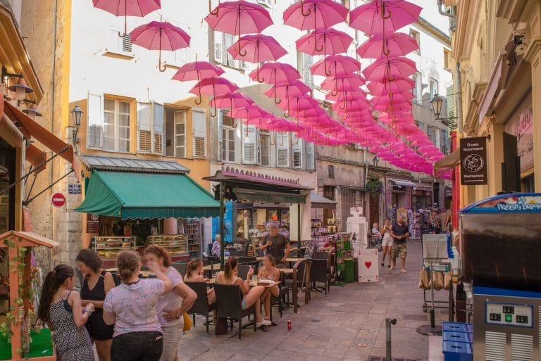 rue centre historique avec parapluie rose